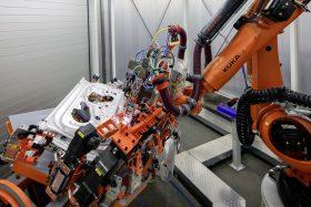 14 Robot Kuka Soldando Portón Audi A8 Por Laser