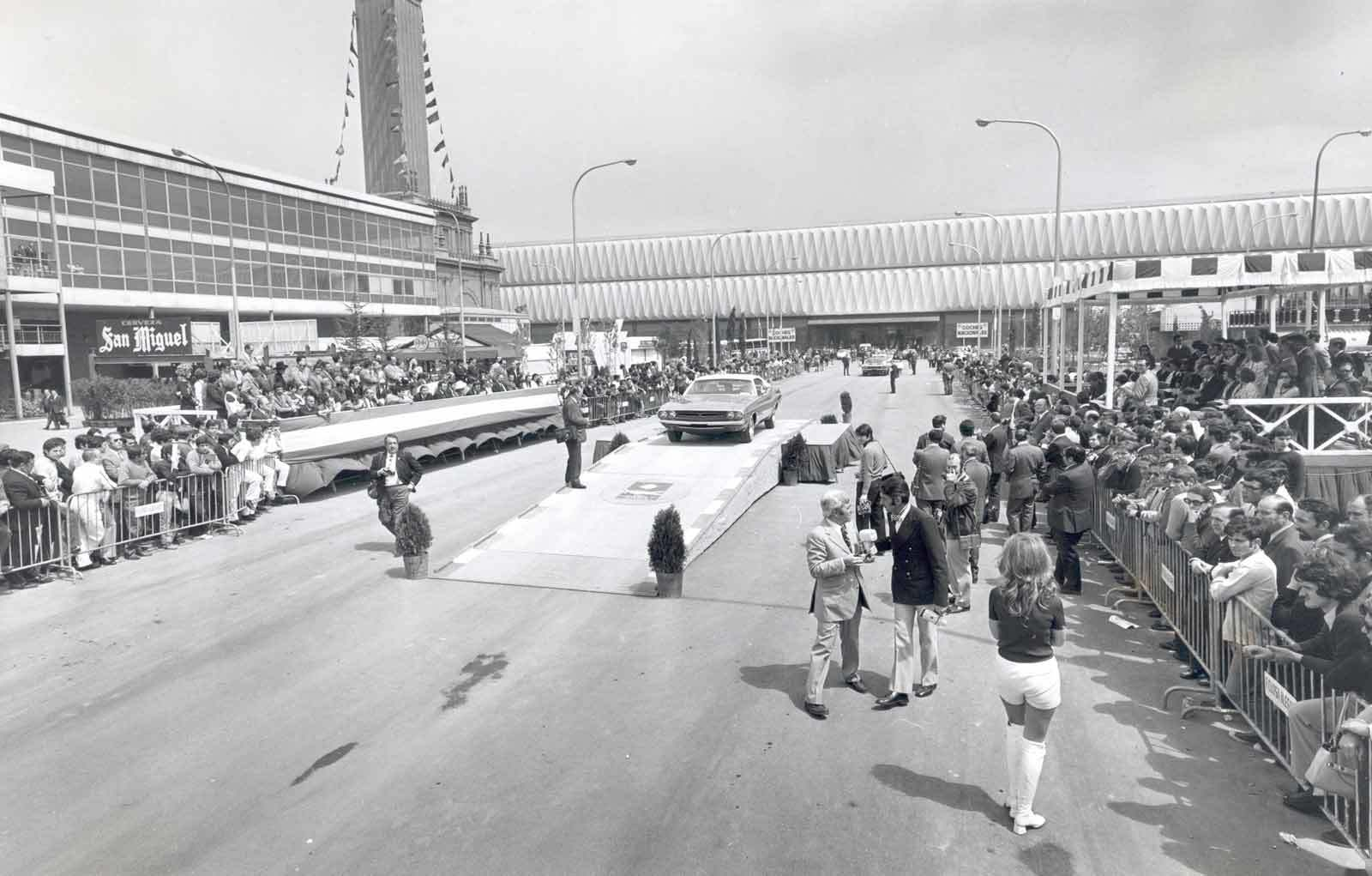 21 1971 Salon Automovil Barcelona Desfile Miss Elegancia