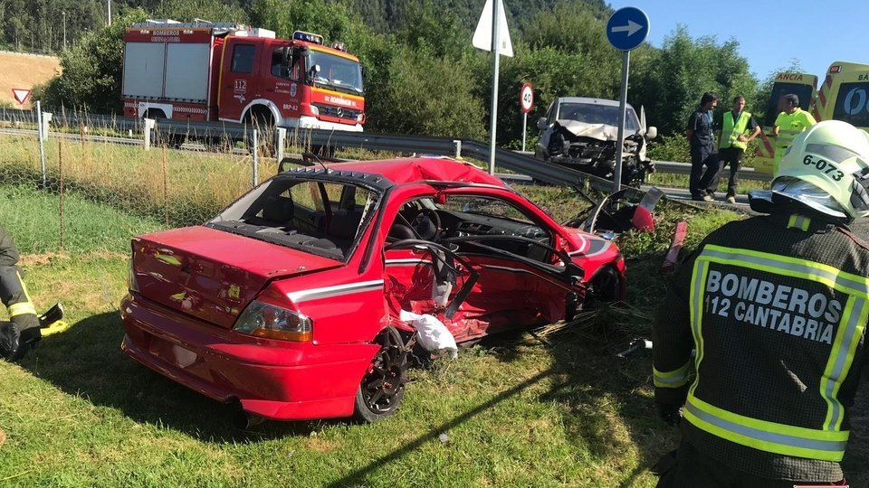 Un Mitsubishi Lancer EVO queda destrozado tras dejarlo el dueño depositado en un taller