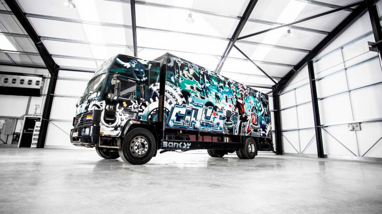 Con todos vosotros, el camión más caro del mundo: Volvo FL6 by Banksy
