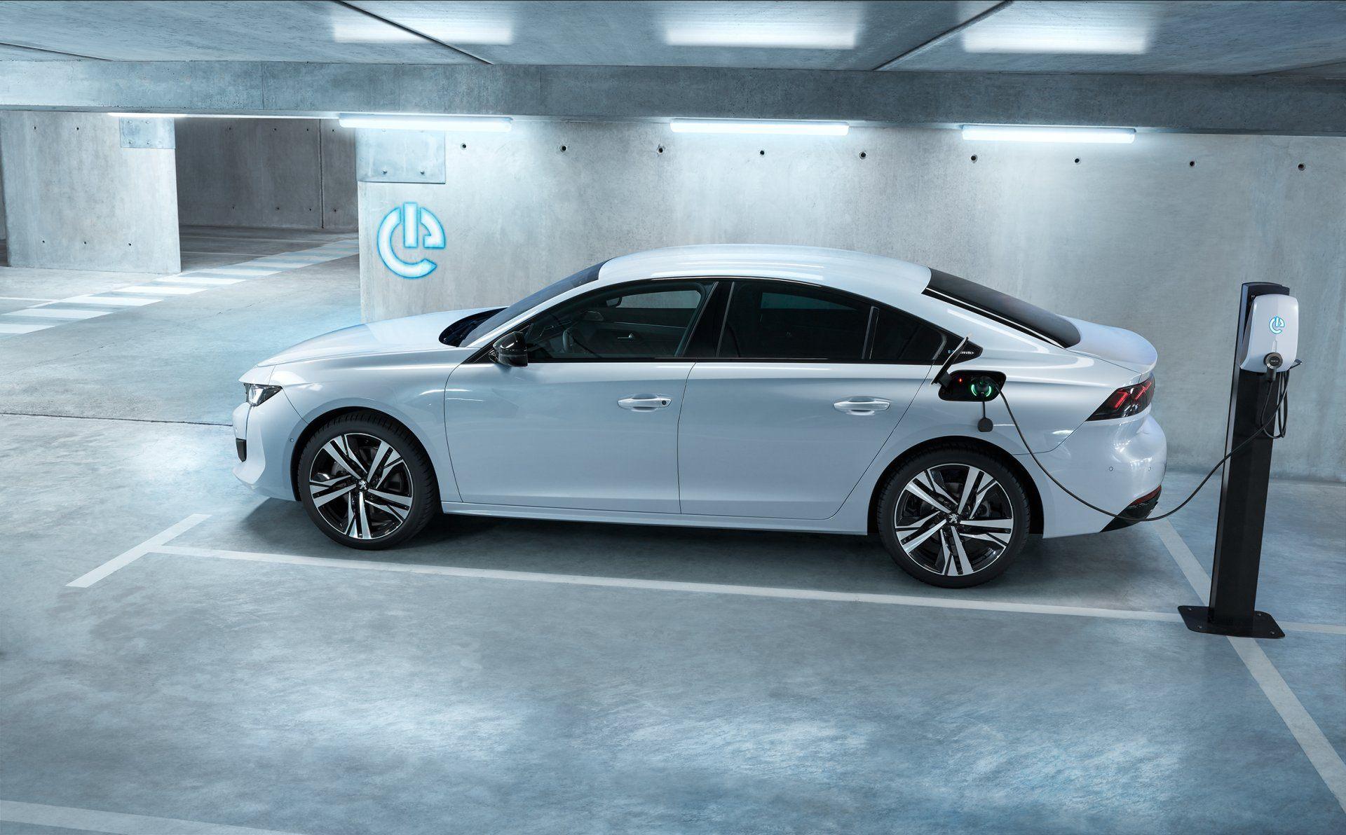 La gama de híbridos enchufables de Peugeot arranca en 35.200 euros