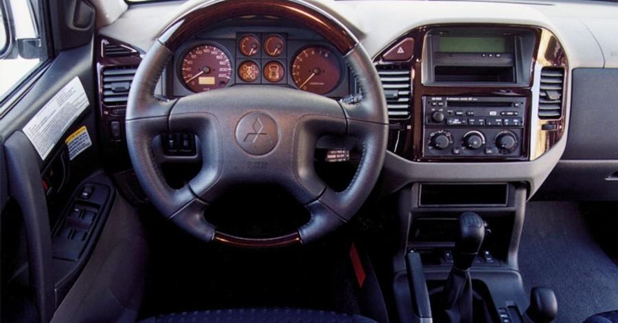 Mitsubishi Montero 2000 interior