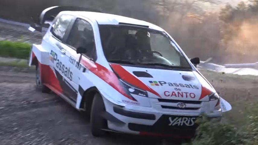 Parece un Toyota Yaris WRC haciendo unos test, pero…