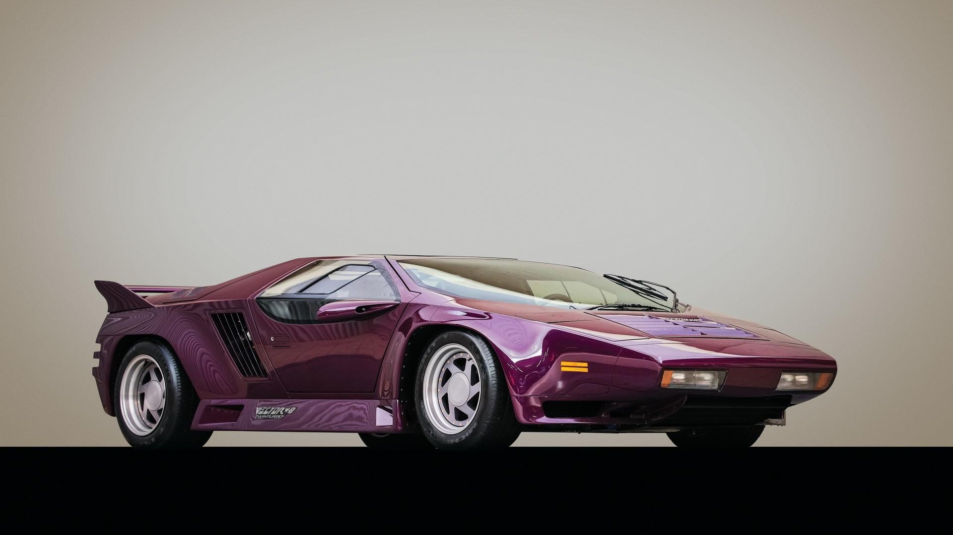 Echando un vistazo a este Vector W8 Twin Turbo púrpura