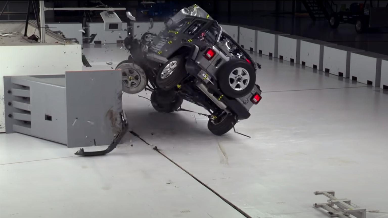 El Jeep Wrangler vuelca en las pruebas de impacto del IIHS