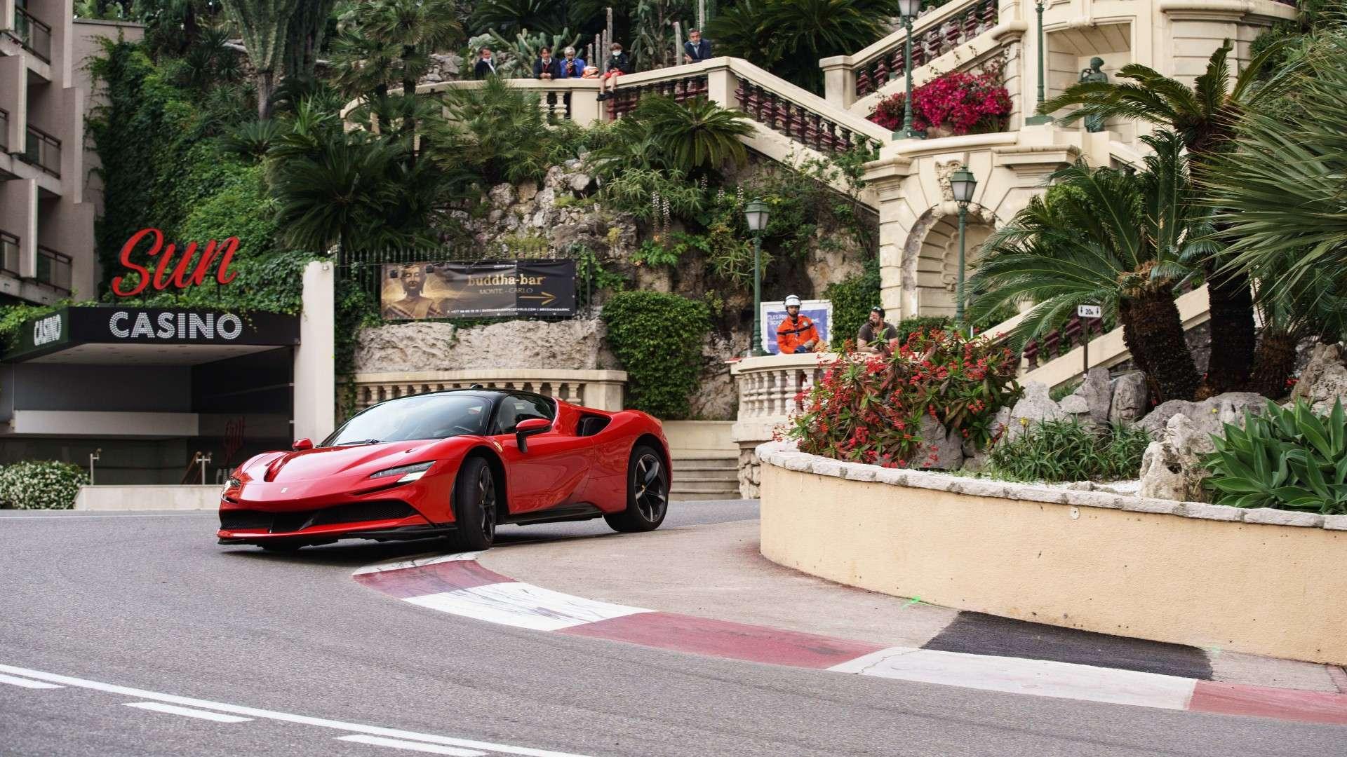 """Charles Leclerc y el Ferrari SF90 Stardale: protagonistas en Mónaco en el rodaje de """"Le Grand Rendez-vous"""""""