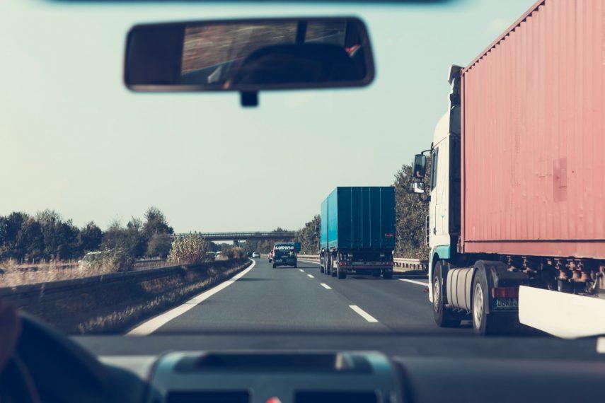 Coche adelanta camiones