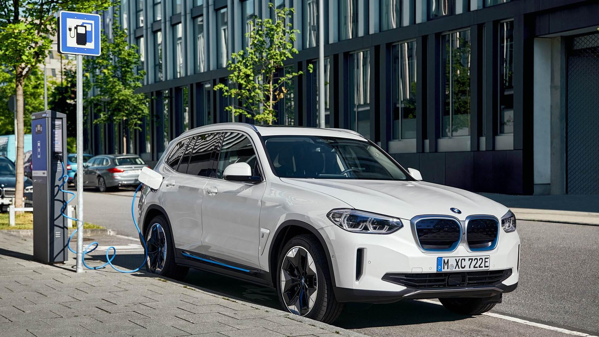Según BMW, el coche eléctrico no sirve por sí solo para reducir la huella de CO2
