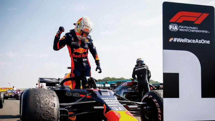 Max Verstappen gana el Gran Premio 70º Aniversario, con los dos Mercedes justo detrás