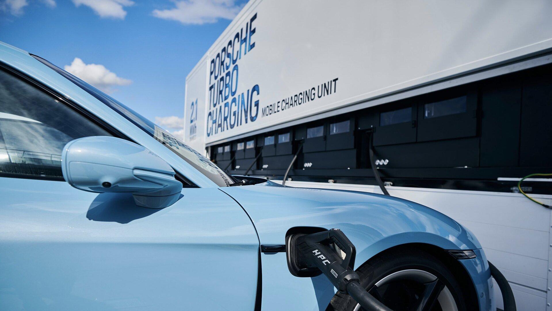 """Porsche nos enseña sus """"powerbank sobre ruedas"""", una flota de camiones especiales"""