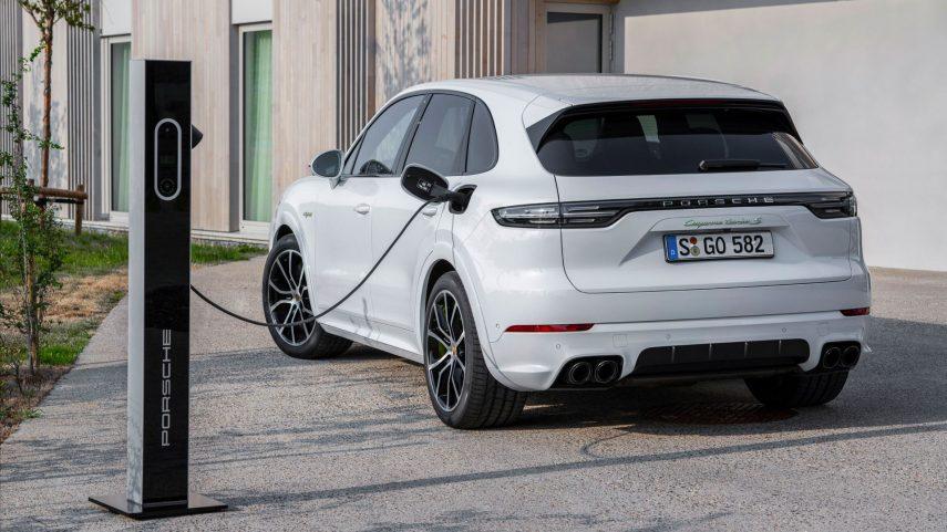 Todas las versiones del Porsche Cayenne híbrido enchufable se actualizan con mayor autonomía
