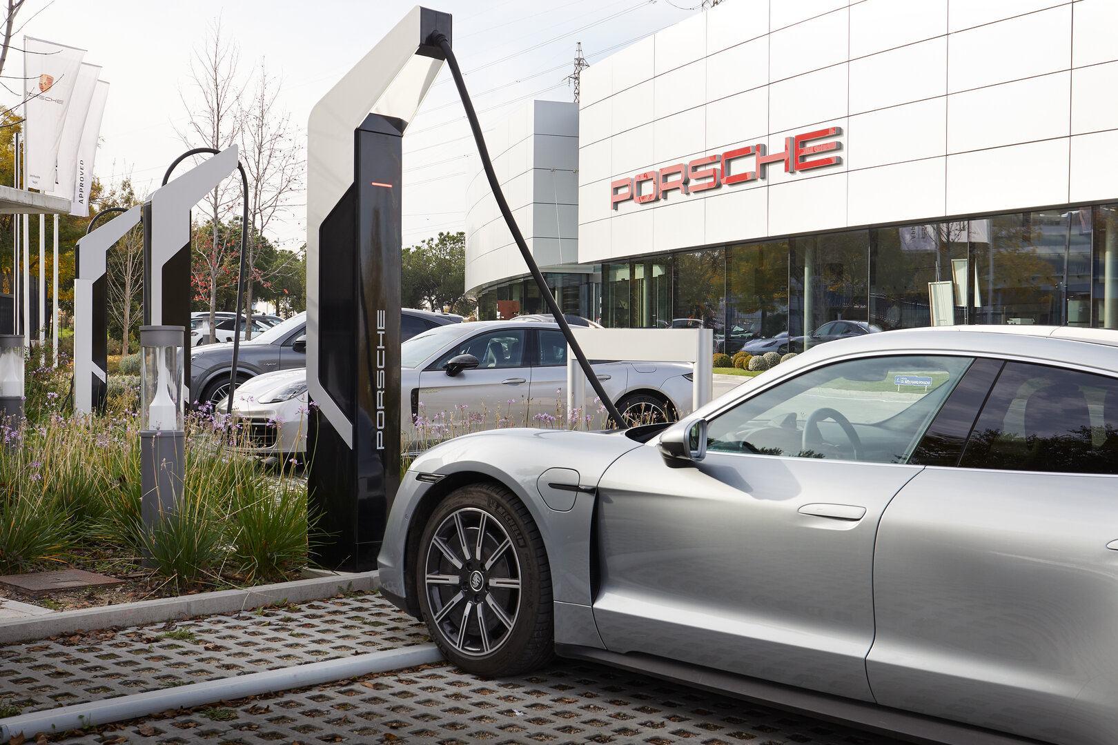 Iberdrola y Porsche se alían para instalar puntos de recarga ultrarrápida en España