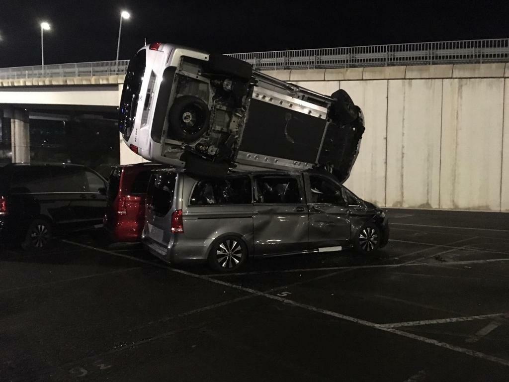 La fábrica de Vitoria de Mercedes-Benz amanece con más de 50 furgonetas destrozadas